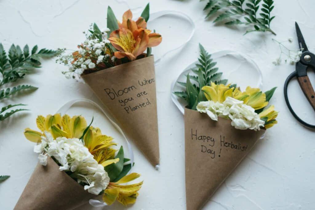 Un proyecto de artesanía floral para celebrar el Día del Herbolario - Herbal Academy